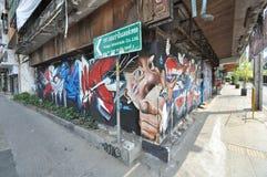 曼谷/泰国- 02 16 2014年:反对政府的一张街道画采取在Ratchathewi的整个商店前面 免版税库存图片