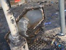 曼谷/泰国- 05 20 2010年:在红色衬衣放在Sukhumvit后的火废墟在空的街道被留下 库存图片