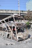 曼谷/泰国- 12 02 2013年:得到的公共汽车和两辆搬运车在火的集合在Ramkhamhaeng路 免版税库存照片