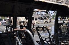 曼谷/泰国- 12 02 2013年:得到的公共汽车和两辆搬运车在火的集合在Ramkhamhaeng路 免版税库存图片