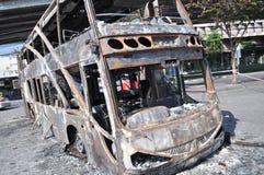 曼谷/泰国- 12 02 2013年:得到的公共汽车和两辆搬运车在火的集合在Ramkhamhaeng路 库存照片