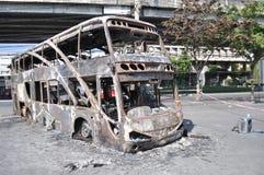 曼谷/泰国- 12 02 2013年:得到的公共汽车和两辆搬运车在火的集合在Ramkhamhaeng路 图库摄影