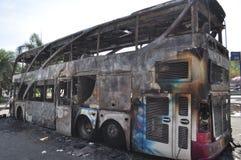 曼谷/泰国- 12 02 2013年:得到的公共汽车和两辆搬运车在火的集合在Ramkhamhaeng路 库存图片