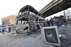 曼谷/泰国- 12 01 2013年:得到的公共汽车在火的集合在Ramkhamhaeng路 库存图片