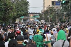 曼谷/泰国- 12 02 2013年:抗议者暴乱并且采取大城市警察议院HQ 库存照片