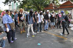 曼谷/泰国- 12 02 2013年:抗议者暴乱并且采取大城市警察议院HQ 免版税库存照片