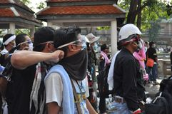 曼谷/泰国- 12 02 2013年:抗议者暴乱并且采取大城市警察议院HQ 图库摄影