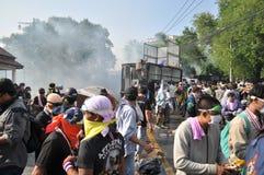 曼谷/泰国- 12 02 2013年:抗议者暴乱并且采取大城市警察议院HQ 免版税库存图片