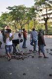 曼谷/泰国- 12 02 2013年:抗议者暴乱并且采取大城市警察议院HQ 免版税图库摄影