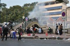 曼谷/泰国- 12 02 2013年:抗议者暴乱并且采取大城市警察议院HQ 库存图片