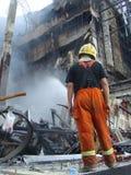 曼谷/泰国- 05 29 2010年:消防员在闷燃的世界贸易中心工作 图库摄影