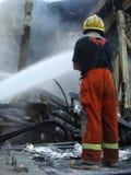 曼谷/泰国- 05 29 2010年:消防员在闷燃的世界贸易中心工作 库存照片