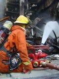 曼谷/泰国- 05 29 2010年:消防员在闷燃的世界贸易中心工作 库存图片