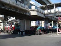 曼谷/泰国- 04 30 2010年:红色衬衣被投入护拦和块主要地区在中央曼谷附近 免版税库存照片