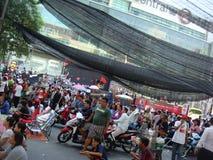 曼谷/泰国- 04 30 2010年:红色衬衣被投入护拦和块主要地区在中央曼谷附近 免版税图库摄影