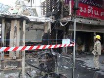 曼谷/泰国- 05 22 2010年:红色衬衣设置了在火的企业 免版税库存图片
