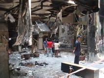 曼谷/泰国- 05 22 2010年:红色衬衣设置了在火的企业 库存图片