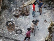 曼谷/泰国- 05 22 2010年:红色衬衣设置了在火的企业 库存照片