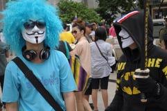 曼谷/泰国- 06 23 2013年:黄色衬衣,以白色面具名义,占领曼谷艺术和文化中心 免版税库存图片