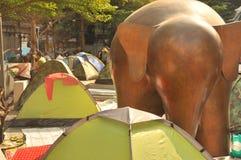 曼谷/泰国- 01 26 2014年:`停工曼谷`操作的人块Ratchaprasong 库存照片