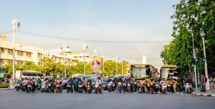 曼谷(泰国),等待在路交叉点的数十个骑自行车的人 免版税库存照片