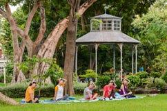 曼谷(泰国), 2016年10月-做瑜伽的妇女行使 免版税库存图片