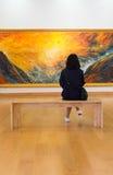 曼谷- 2016年, 10月8日:女孩看看绘画艺术gallerie 库存照片