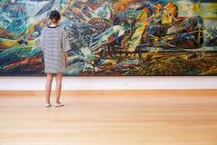 曼谷- 2016年, 10月8日:女孩看看绘画艺术gallerie 免版税库存图片