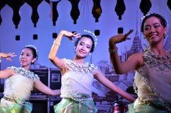曼谷- DEC 16 :在Phra Athit走的St的传统泰国舞蹈 图库摄影