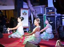 曼谷- DEC 16 :在Phra Athit走的St的传统泰国舞蹈 免版税库存照片