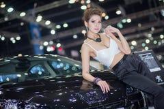 曼谷- Decenber 3 :性感的礼服的赠送者在2013年12月3日的第30泰国国际马达商展在曼谷 库存图片