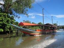 曼谷Klong (运河)长尾的河船 库存照片