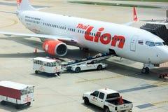 曼谷THAILAND-SEP 1 :工作者飞行的装货行李在Septe 免版税库存照片