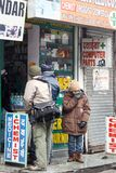 曼迪,印度- 1月20 :在地方药房药房游人将买医学 免版税库存图片