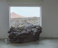 曼里克` s熔岩通过窗口兰萨罗特岛 免版税库存照片