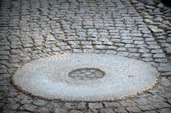 曾经用于gristmill击碎一块老破裂的研的石头或磨石的织地不很细黑白图象 库存图片