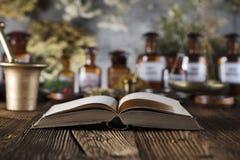 替代竹浴biloba银杏树项目医学温泉盘 商标和文本的地方 库存图片