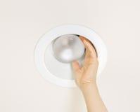 替换在天花板登上的被烧光的泛光灯 图库摄影