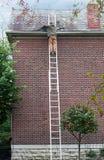 替换在屋顶的盖屋顶的人板岩 免版税库存图片