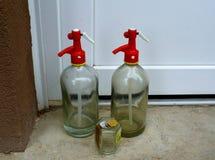 替换物的进口的老牌厚实的玻璃虹吸管瓶 送货上门概念 免版税库存照片
