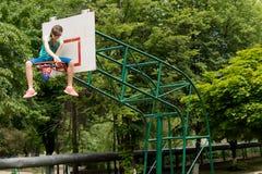 替换篮球网的女孩 库存图片