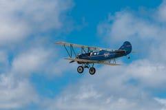 1929年刻替斯怀特旅行空气E-4000双翼飞机飞过 免版税图库摄影