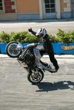 替身演员执行在摩托车的一个把戏在展示 免版税库存照片
