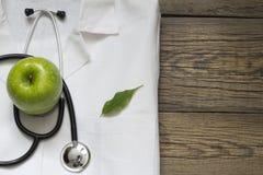 替代医学听诊器和绿色标志背景 图库摄影