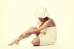 替代医学和身体治疗概念 在阵雨以后的Atractive少妇与毛巾 免版税库存图片