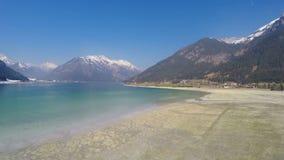 最低水位水平在节能的湖在高山滑雪胜地的淡季期间 影视素材