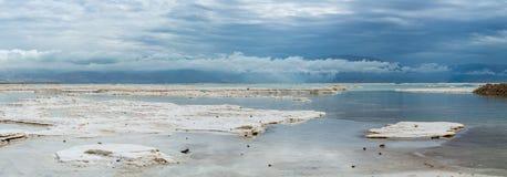 最低的咸湖全景照片在世界死海,有很多m 免版税库存图片