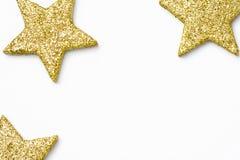 最低纲领派圣诞节新年海报横幅卡片模板 在白色背景的金黄装饰星 平的位置 复制空间 免版税库存图片