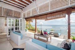 最低纲领派和美丽的海滩前的别墅 库存照片