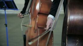 最低音fiddlestick串起戏剧乐谱架 特写镜头 股票录像